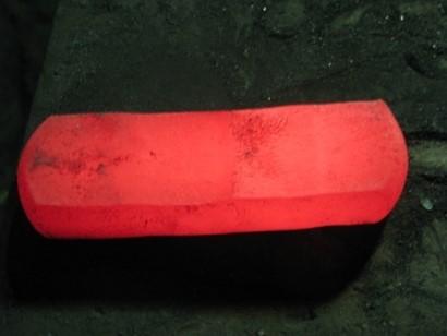 上記溶解材を半割 後、熱間鍛造中間